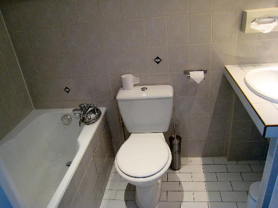 Hôtel Aux Terrasses : bathroom