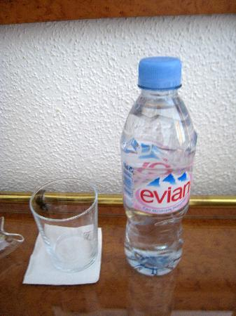 Hôtel Aux Terrasses : complementary Evian water