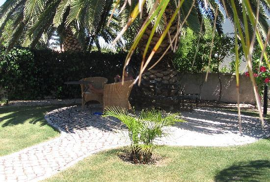 Salema, Portugal: Romantik Villa - Shady Tree in the Garden