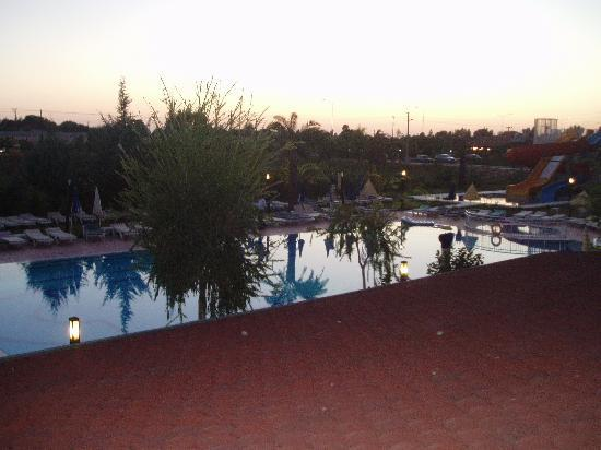 Aral Hotel: THE POOL FROM OUR ROOM IN THE EVENING
