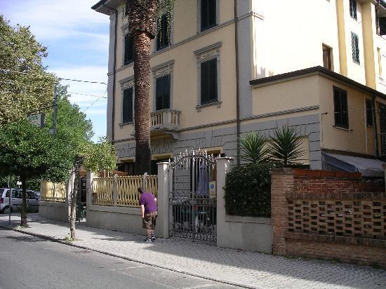 Hotel Vittoria: Quiet street location