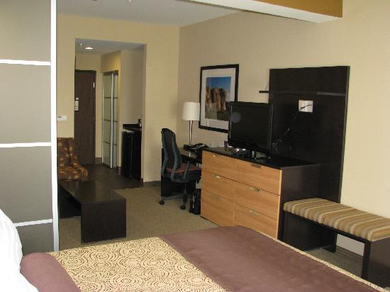 Best Western Premier Bryan College Station : TV and desk area