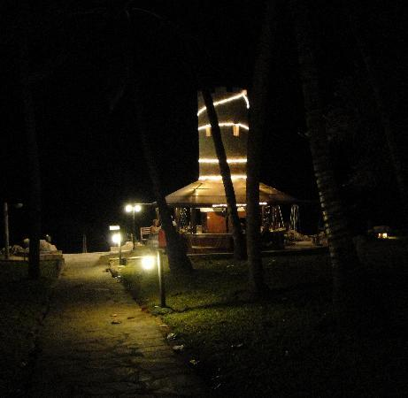 Severin Sea Lodge: Beach bar at night