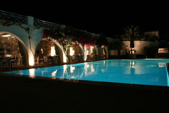 Santorini Kastelli Resort: Pool at night