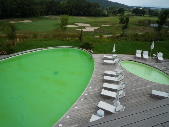 Argentario Golf Resort & Spa: Sa piscine est ses eaux d'un vert profond et aqueux