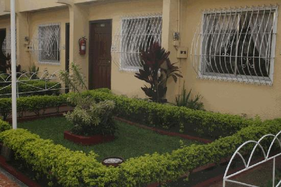 Baguio Holiday Villas: Mini Garden In Front Of Apartelle