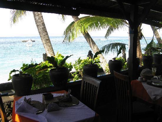 Anom Beach Inn Bungalows: Blick vom Restaurant zur Bucht