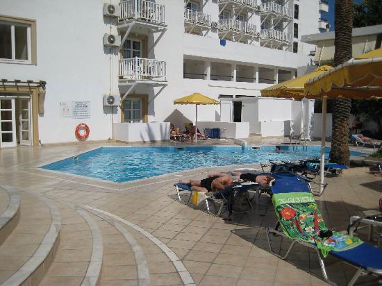 Mitsis Petit Palais Beach Hotel: The pool