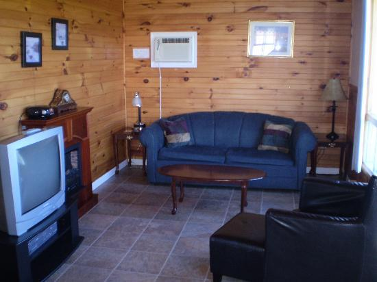 Blue Crest Cottages: Living room