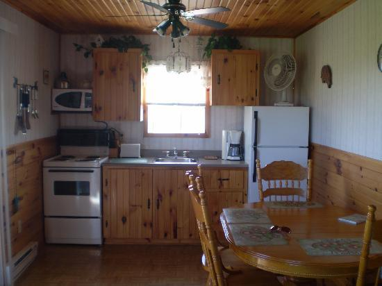 Blue Crest Cottages: Kitchen