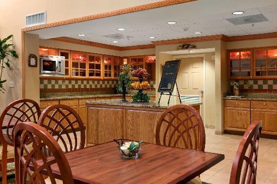 هوم وود سويتس باي هيلتون تالاهاسي: Enjoy breakfast and dinner in our reception area!