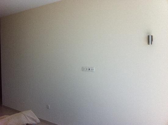 Salgados Dunas Suites: Schlafzimmerwand ohne TV