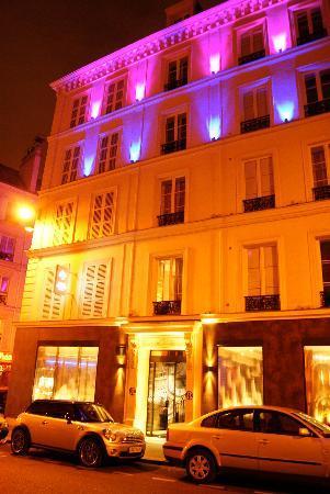 Hôtel Design Secret de Paris : Hotel front at night