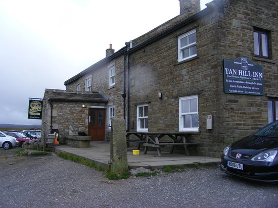 Swaledale, UK: External pub sign is rarely vertical...