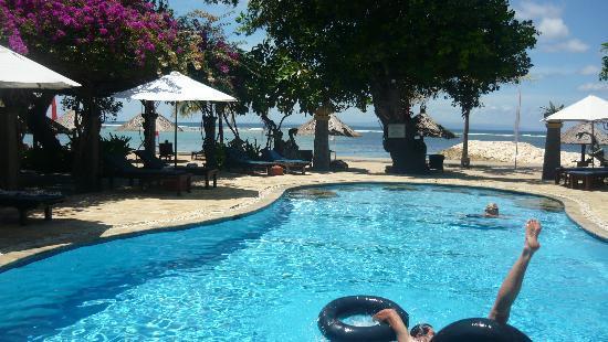 Matahari Terbit Bali Deluxe Bungalows : Pool overlooking beach