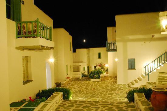 Anemomilos Apartments: Anemomilos di sera