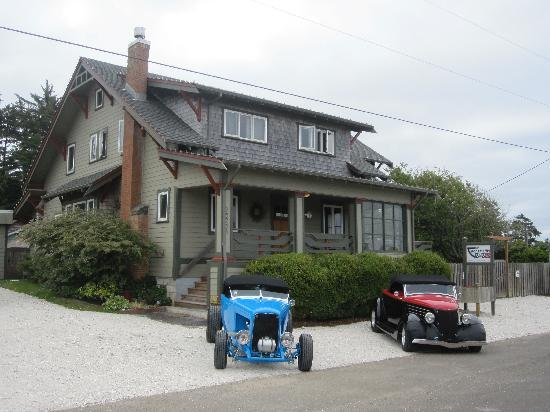 Craftsman Bed and Breakfast: Vew of the front of the house with some cool cars!