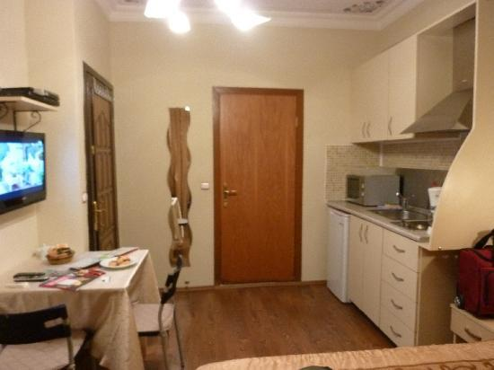 Ekim Apartments: Kitchen, bathroom door