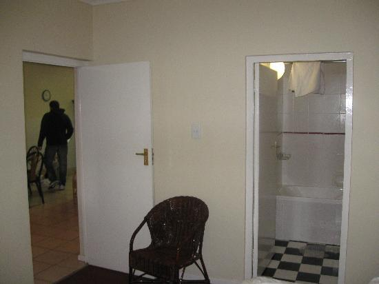 Best Western Cape Suites Hotel: To the left: door to the living room; To the right: door to the bigger bathroom