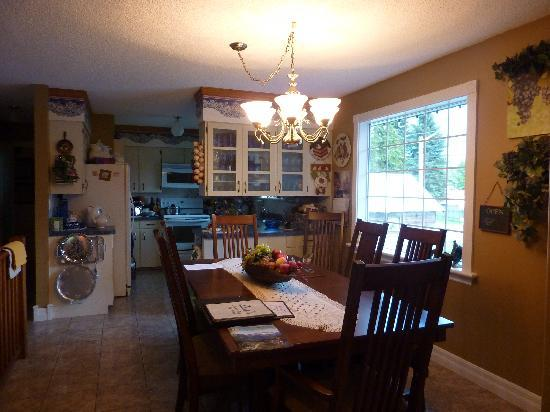 7 Acres Bed & Breakfast: Dining room where breakfast served by Martha each morning