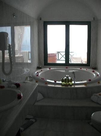 Anastasis Apartments: Magnificent bathroom in the Honeymoon Suite