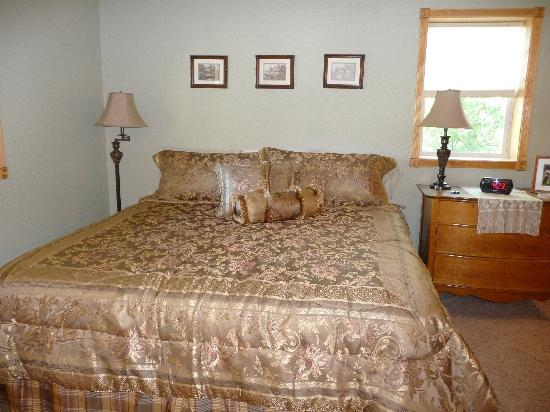 Lytle Creek Inn Bed and Breakfast: The super comfy bed.