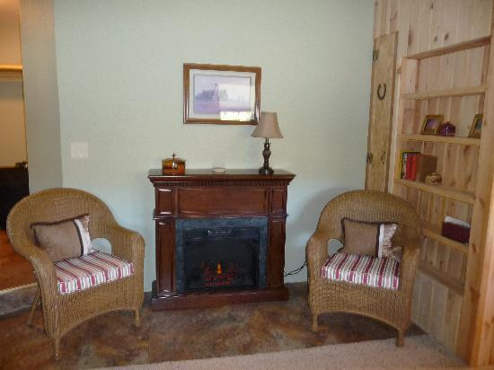Lytle Creek Inn Bed and Breakfast: Nice fireplace.