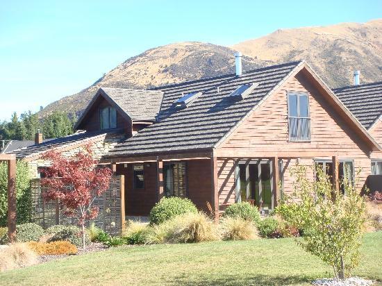 Lake Wanaka Villas at Heritage Village Country Resort: 4 Bedroom Villas in park setting