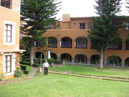 Hotel Monteverde Best Inns: Innenhof Blick vom Parkplatz auf Zimmer
