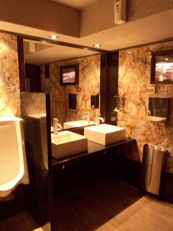 Runnie's : Baño de hombres