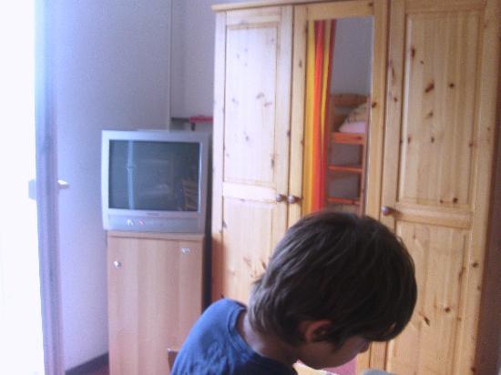 Dischma Hotel: Camera famiglia:TV e frigobar