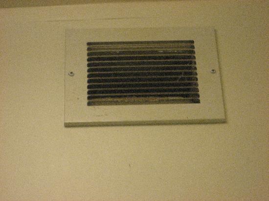 Quality Inn Hudsonville: Dirty Bathroom Fan