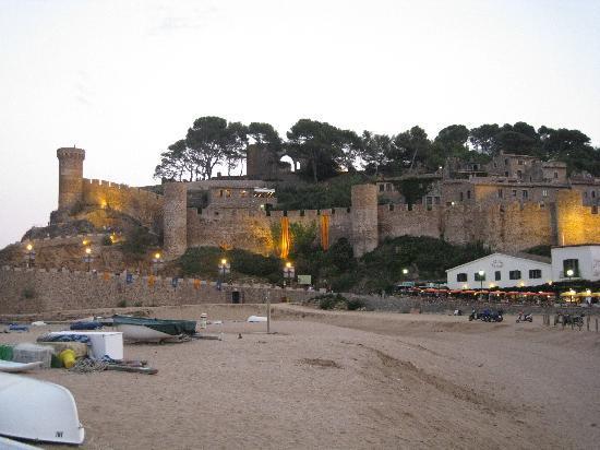 Premier Gran Hotel Reymar & Spa: vista del castillo al atardecer desde el paseo