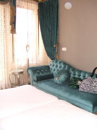 Sokullu Pasa Hotel: the Ottman style sofa in our room