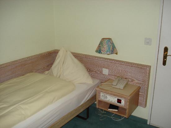 Turmhotel: Bett und Nachttischchen