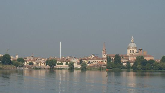 Mantua, Italien: Mantova from Lake Inferiore