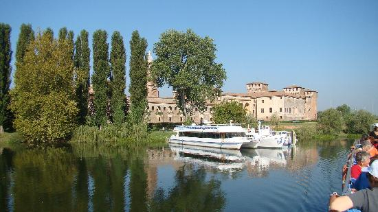 Mantua, Italien: The Ducal Palace from the lake