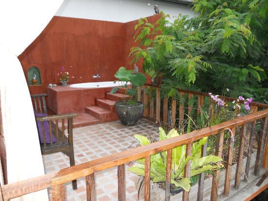 BaanBooLOo: outdoor bathtub