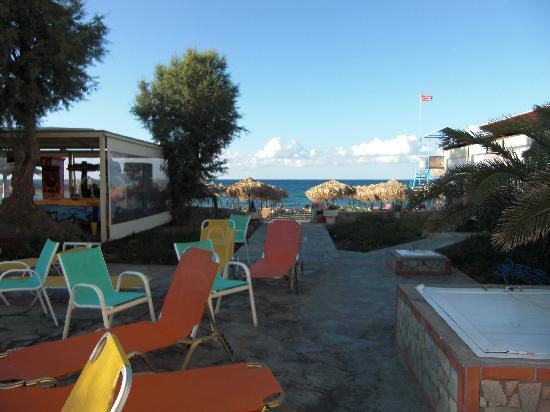 Ideal Beach Hotel: Havet alldeles intill, hur perfekt som helst för oss som gillar båda delarna.