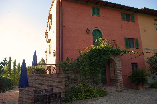 Borgo San Benedetto: façade d'une partie du Domaine