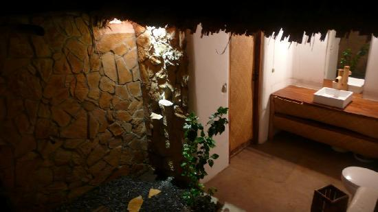 El Paredon, Guatemala: One of the bathrooms with it's open-air shower