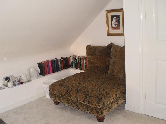 Victoria Cottage B & B: Cosy seat in bedroom with little library
