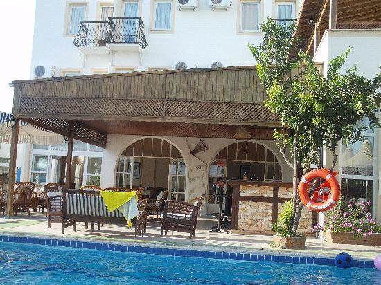 Irme Hotel: the pool and bar