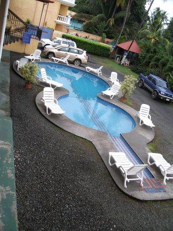Province of Puntarenas, Costa Rica: Gitarren-Pool zwischen Autos