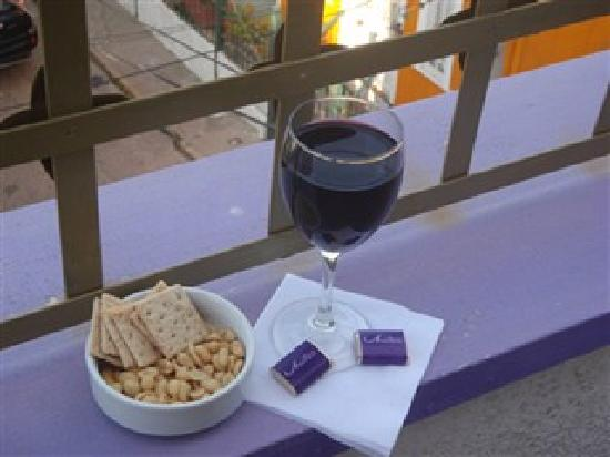 Hotel Manoir Atkinson: ordered a glass of wine and got a lovely snack