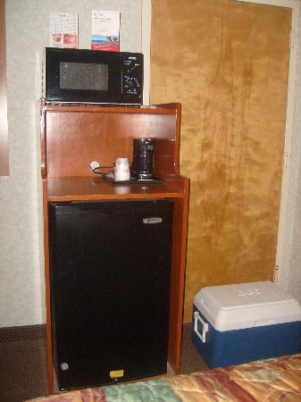 Ramada Inn: micro wave, fridge,coffee maker,, CLEAN
