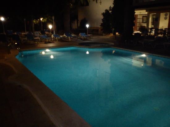 Hotel Capri: La corte di notte