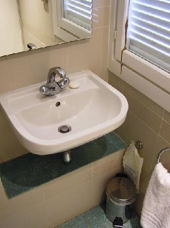 La Cocoteraie: Salle de bain bien vieillotte