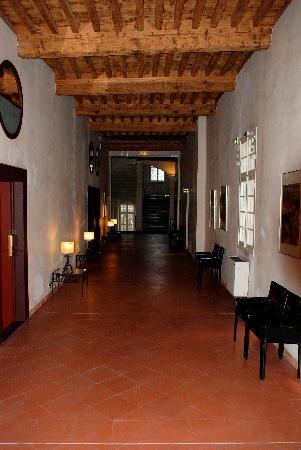 Hôtel Cloitre Saint Louis: The Hallway