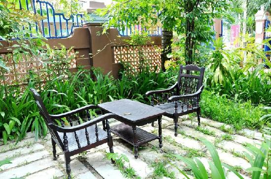 Alliance Villa: another outdoor seating in the little garden